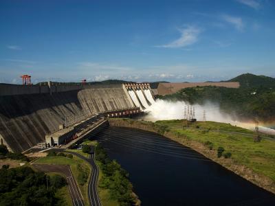 Central Hidroeléctrica Simón Bolívar en Guri, inaugurada formalmente el 8 de noviembre de 1986 con una capacidad instalada de 7.120